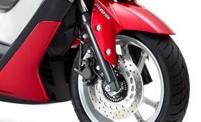 2015_G125YM_Scooters_High spec disc brakes and ABS come standard from 236-613094 (gc_single_col)