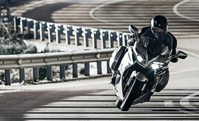 2016_FJR1300AS_Sport Touring_The adaptive cornering lights switch on in the corner from 236-647538 (gc_single_col)