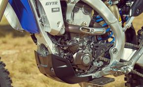 2016_WR450F_Off road_Reversed engine with exhaust pipe 'snaking' around the cylinder from 236-656282 (gc_single_col)