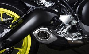 2017_MT09_Sport Touring_Asymetric, full aluminium swingarm and new muffler cap design from 236-683121 (gc_single_col)