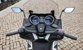 2017_XP500_Scooters_Special interior finish and dashboard trim on SX and DX models from 236-681848 (gc_single_col)
