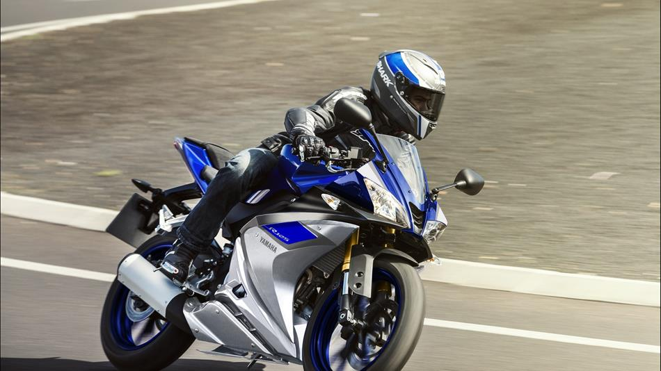 2015-Yamaha-YZF-R125-EU-Race-Blu-Action-003