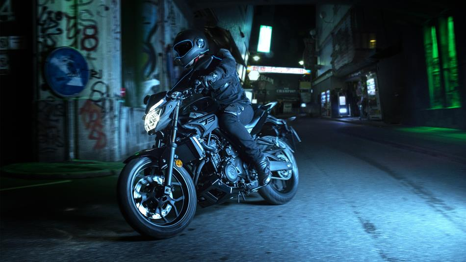 2016-Yamaha-MT320-EU-Midnight-Black-Action-003