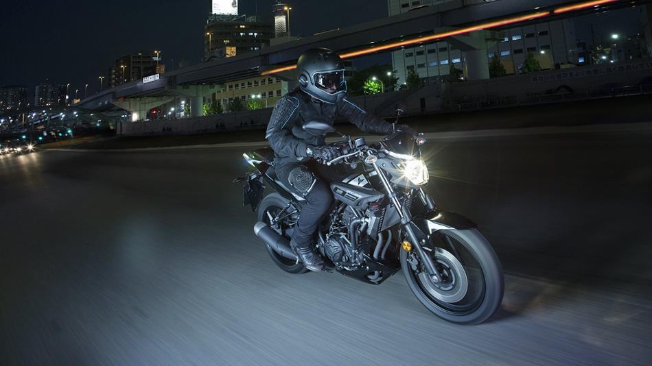 2016-Yamaha-MT320-EU-Midnight-Black-Action-005