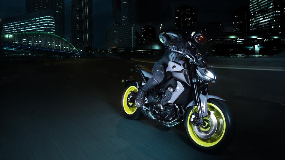 2017-Yamaha-MT-09-EU-Night-Fluo-Action-002