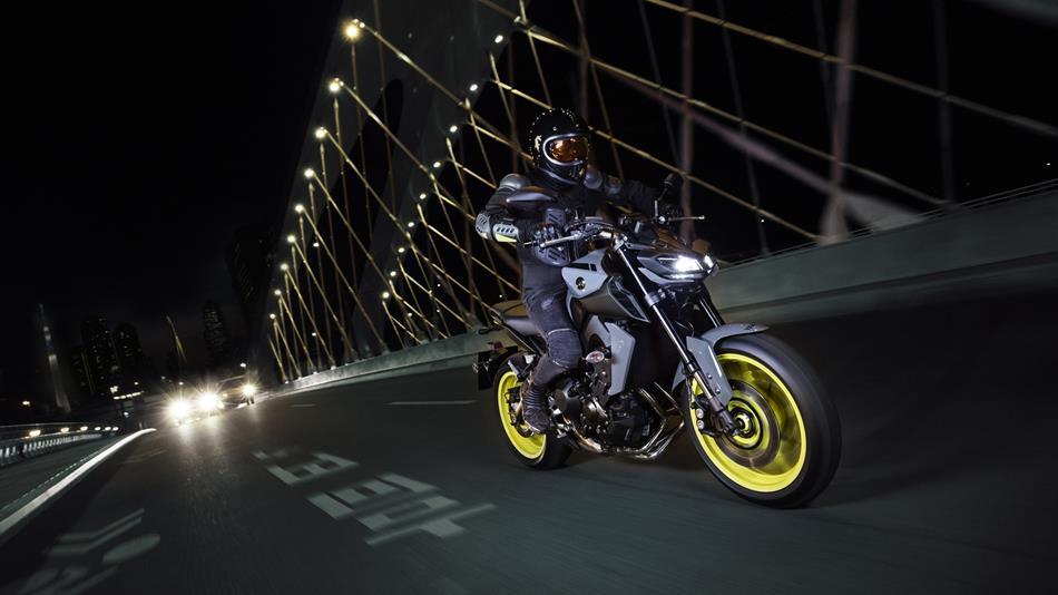 2017-Yamaha-MT-09-EU-Night-Fluo-Action-003