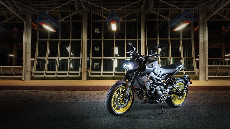 2017-Yamaha-MT-09-EU-Night-Fluo-Static-002