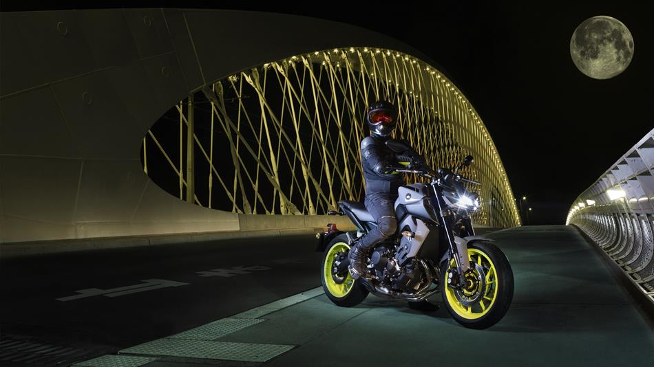 2017-Yamaha-MT-09-EU-Night-Fluo-Static-006