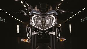 Aspect radical al familiei Hyper Naked, cu o imagine de motocicletă impunătoare, de dimensiuni mari
