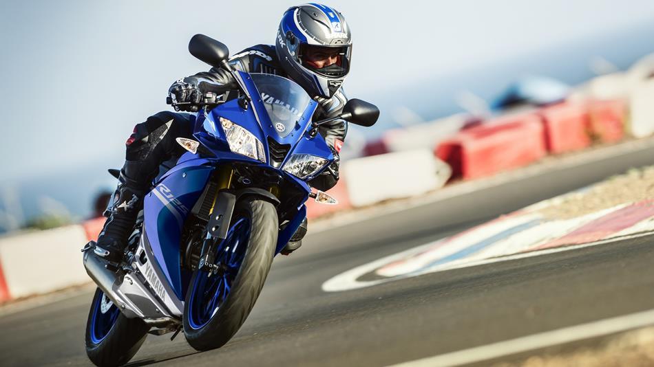 2017-Yamaha-YZF-R125-EU-Race-Blu-Action-002