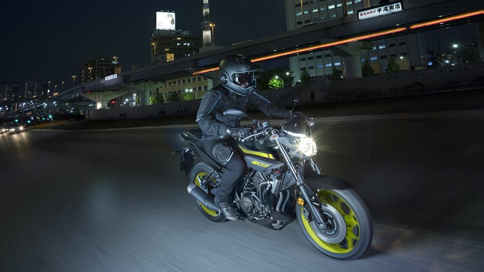 2018-Yamaha-MT-03-EU-Night-Fluo-Action-005