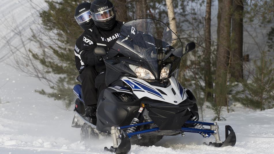 2018-Yamaha-RSVENTURE-TF-EU-Powder-White-Action-001