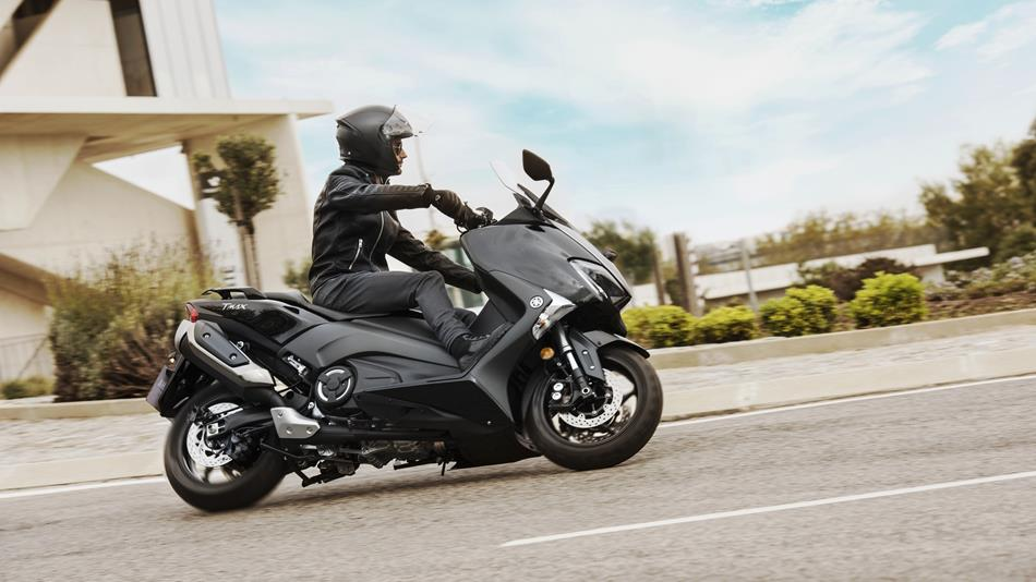 2018 yamaha t max abs eu midnight black action 001